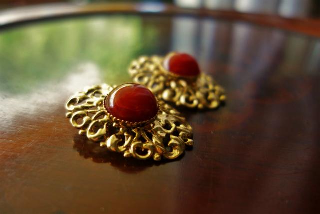 赤い石付きゴールドプレート台イアリング 半額_f0112550_05354647.jpg