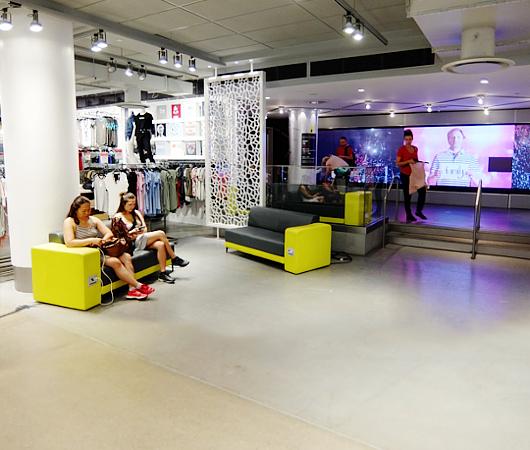 Macy\'s本店地下1階にある「充電できる特製ソファー」_b0007805_0353477.jpg