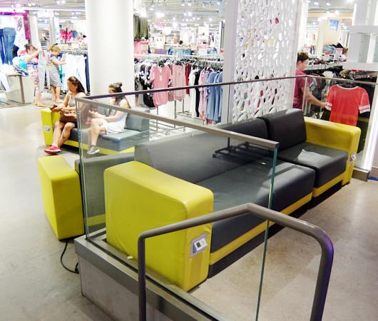 Macy\'s本店地下1階にある「充電できる特製ソファー」_b0007805_036071.jpg