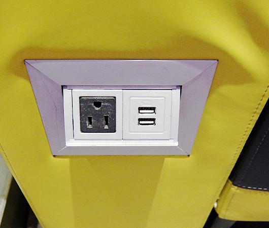 Macy\'s本店地下1階にある「充電できる特製ソファー」_b0007805_0364961.jpg