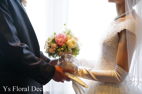 白と淡いピンクの芍薬のラウンドブーケ 総レースのドレスに _b0113510_11082491.jpg