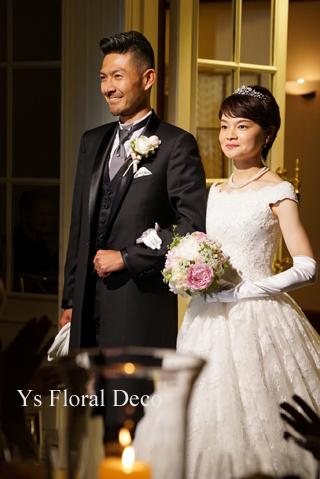 白と淡いピンクの芍薬のラウンドブーケ 総レースのドレスに _b0113510_11083416.jpg