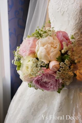 白と淡いピンクの芍薬のラウンドブーケ 総レースのドレスに _b0113510_11084508.jpg