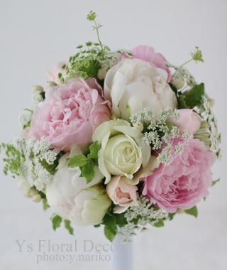 白と淡いピンクの芍薬のラウンドブーケ 総レースのドレスに _b0113510_11085678.jpg