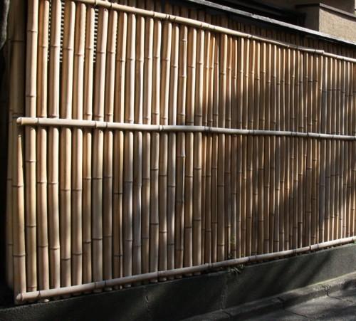 街中の住宅に竹塀_f0055131_10235455.jpg