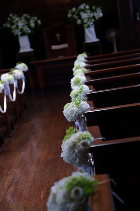 初夏の装花 高輪教会様へ ドアのリースとベンチフラワー_a0042928_14465310.jpg