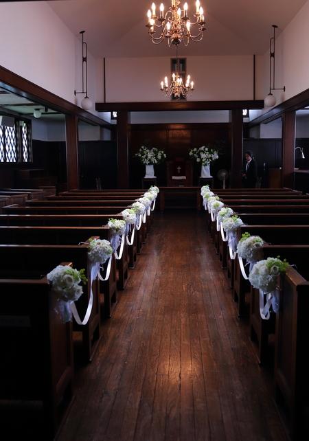 初夏の装花 高輪教会様へ ドアのリースとベンチフラワー_a0042928_14484862.jpg