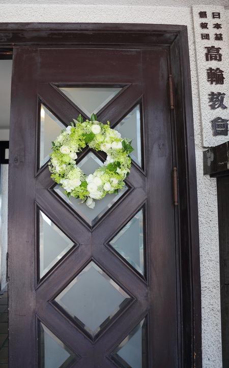 初夏の装花 高輪教会様へ ドアのリースとベンチフラワー_a0042928_155539.jpg
