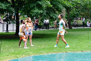 音楽、ダンス、詩をアート作品上で楽しむ「Prismatic Park」、NYのマディソン・スクエア・パークで開催中_b0007805_5261434.jpg