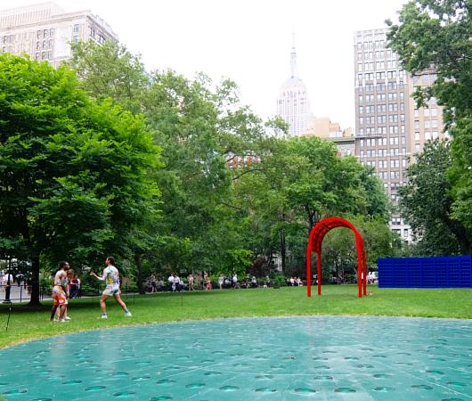 音楽、ダンス、詩をアート作品上で楽しむ「Prismatic Park」、NYのマディソン・スクエア・パークで開催中_b0007805_5271314.jpg