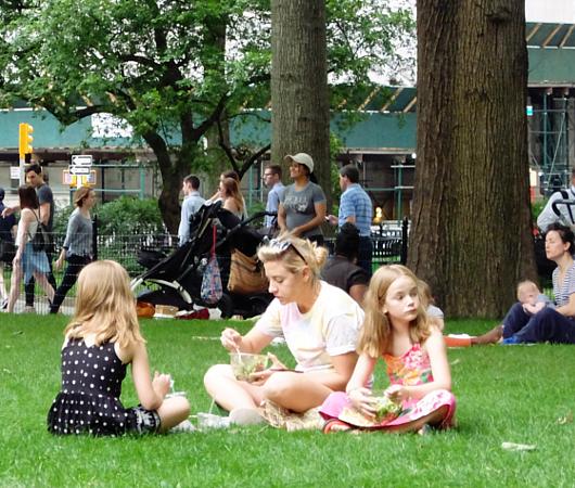 音楽、ダンス、詩をアート作品上で楽しむ「Prismatic Park」、NYのマディソン・スクエア・パークで開催中_b0007805_6504974.jpg