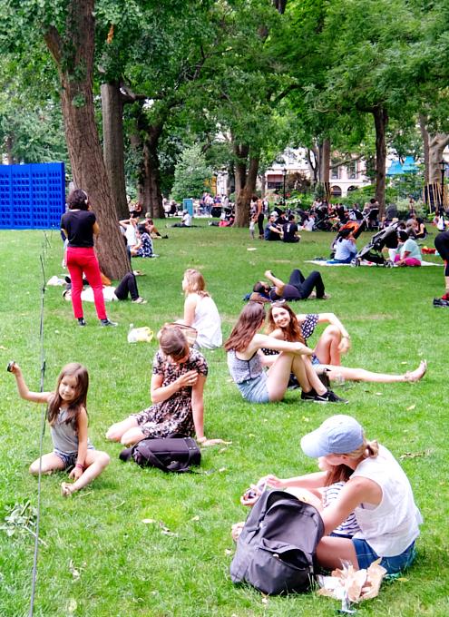 音楽、ダンス、詩をアート作品上で楽しむ「Prismatic Park」、NYのマディソン・スクエア・パークで開催中_b0007805_6514921.jpg