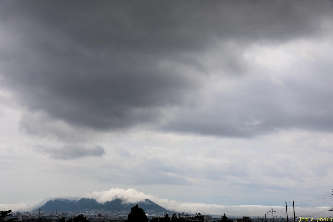 雲が絡みついた函館山_a0158797_00092807.jpg