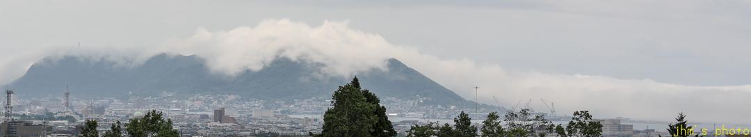 雲が絡みついた函館山_a0158797_00123953.jpg