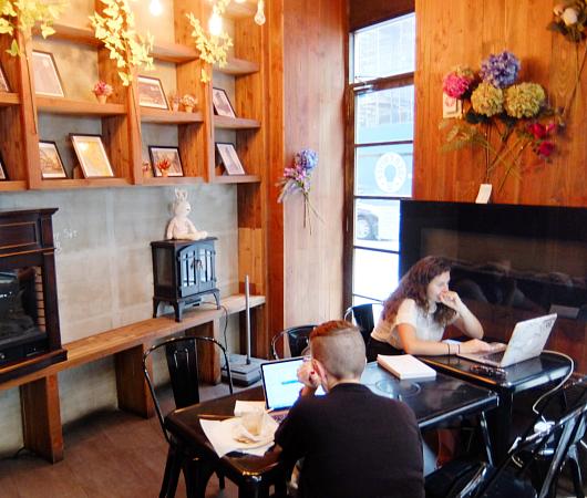 微妙な手作り感がじわじわくるNYのカフェ『アイデア・コーヒー』 Idea Coffee NYC_b0007805_0234096.jpg