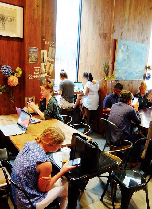 微妙な手作り感がじわじわくるNYのカフェ『アイデア・コーヒー』 Idea Coffee NYC_b0007805_0255750.jpg