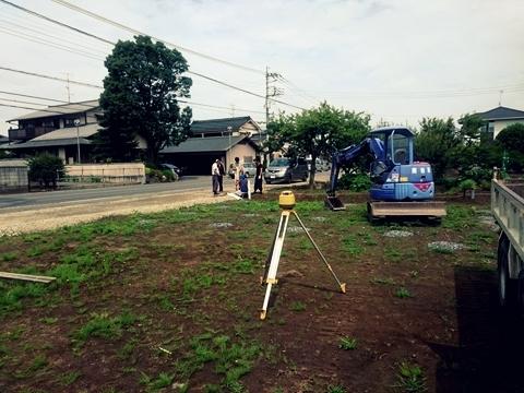 敷地の土囲い工事が始まりました_c0128375_15551678.jpg