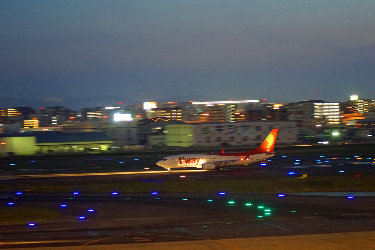 night in Fkuoka Airport。_b0044115_14423868.jpg