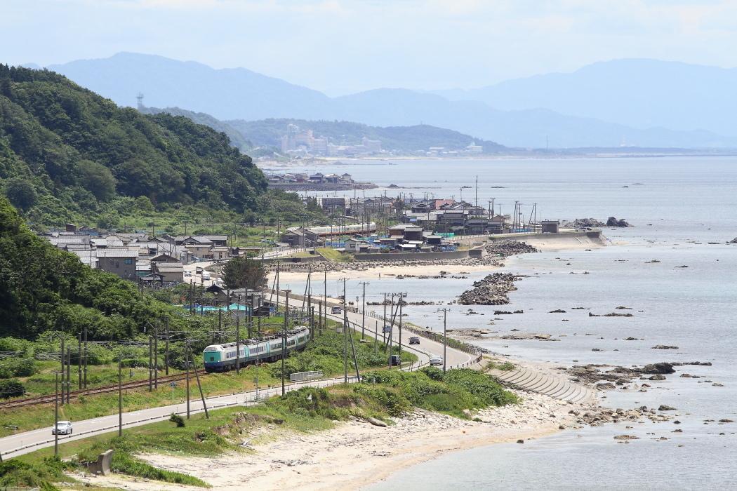 初夏の浜辺を行き交う特急電車 - 羽越本線 -_b0190710_22292406.jpg