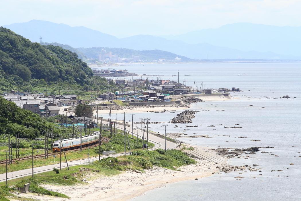 初夏の浜辺を行き交う特急電車 - 羽越本線 -_b0190710_22292506.jpg