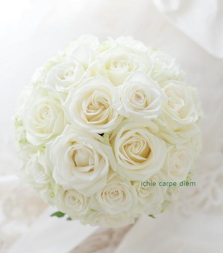 ラウンドブーケ、白バラだけで _a0042928_14171713.jpg