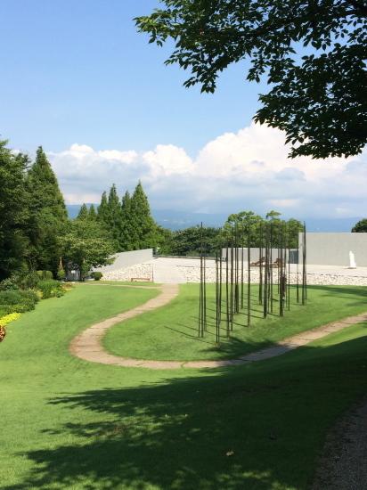 日高理恵子「空と樹と」 —ヴァンジ彫刻庭園美術館_f0236691_13422331.jpg