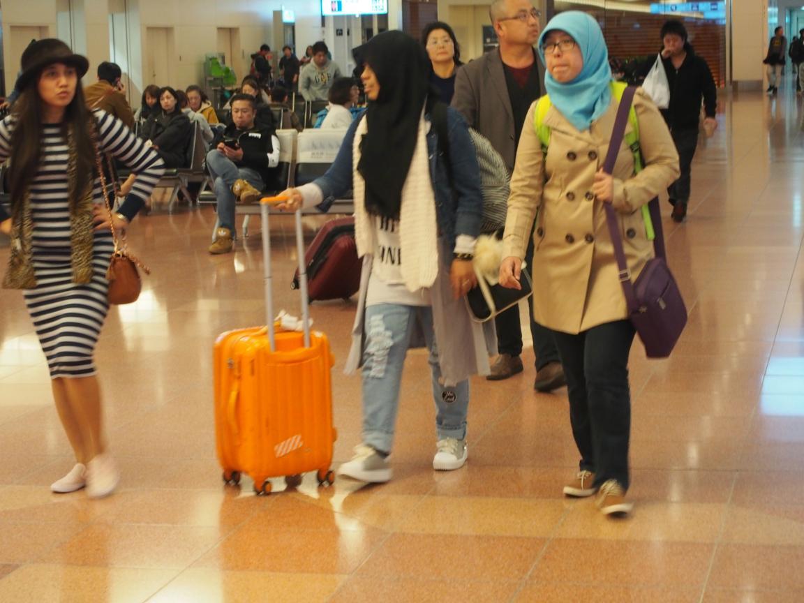 羽田国際ターミナルは、深夜便の増加で外国客でごった返している!_b0235153_20594424.jpg