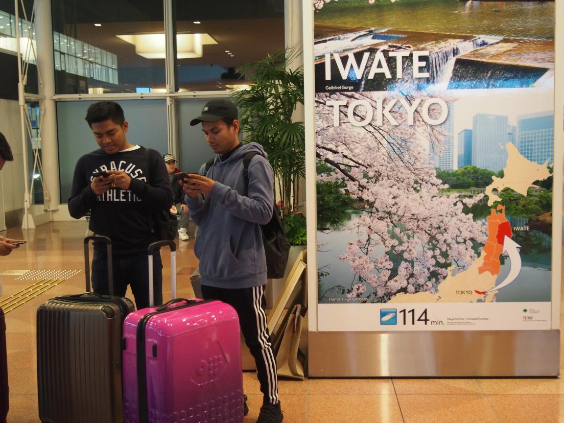 羽田国際ターミナルは、深夜便の増加で外国客でごった返している!_b0235153_210270.jpg