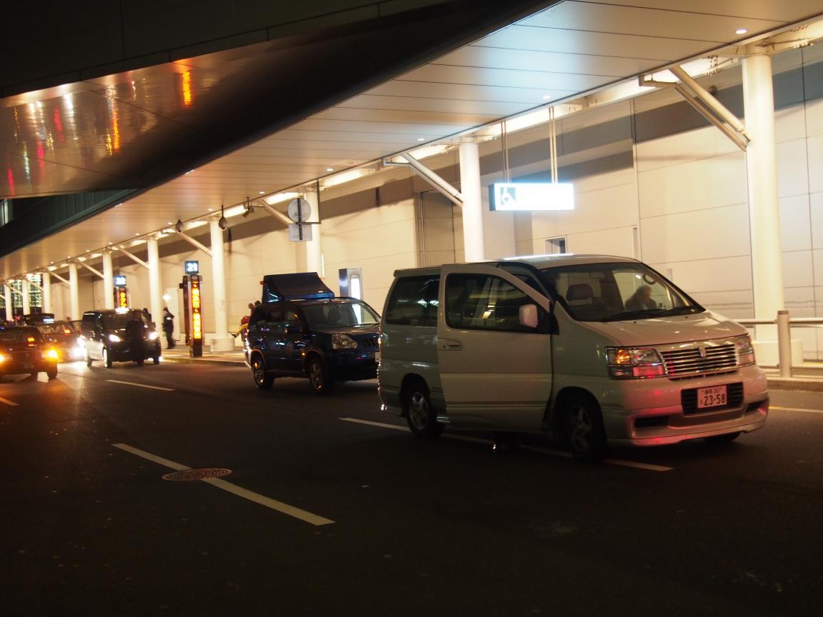 羽田国際ターミナルは、深夜便の増加で外国客でごった返している!_b0235153_2103771.jpg