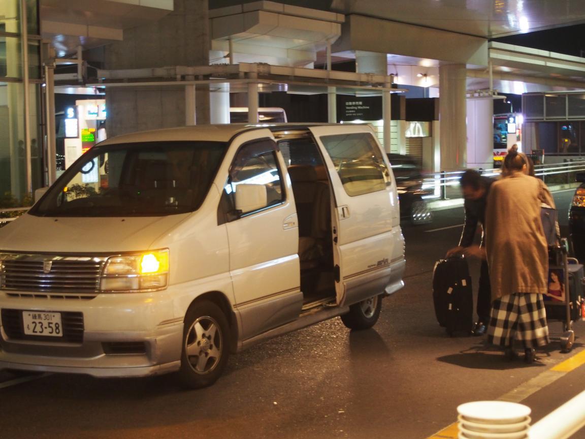 羽田国際ターミナルは、深夜便の増加で外国客でごった返している!_b0235153_2105416.jpg
