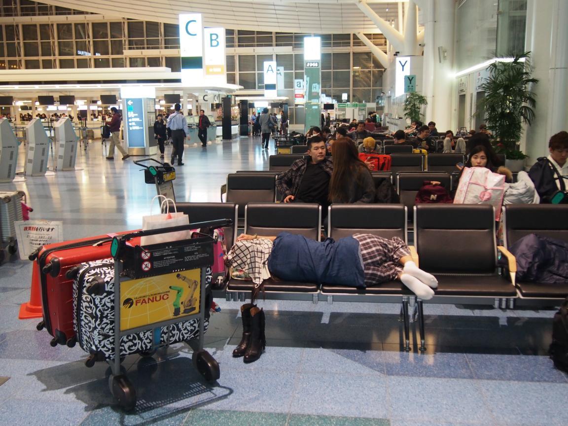 羽田国際ターミナルは、深夜便の増加で外国客でごった返している!_b0235153_2112421.jpg