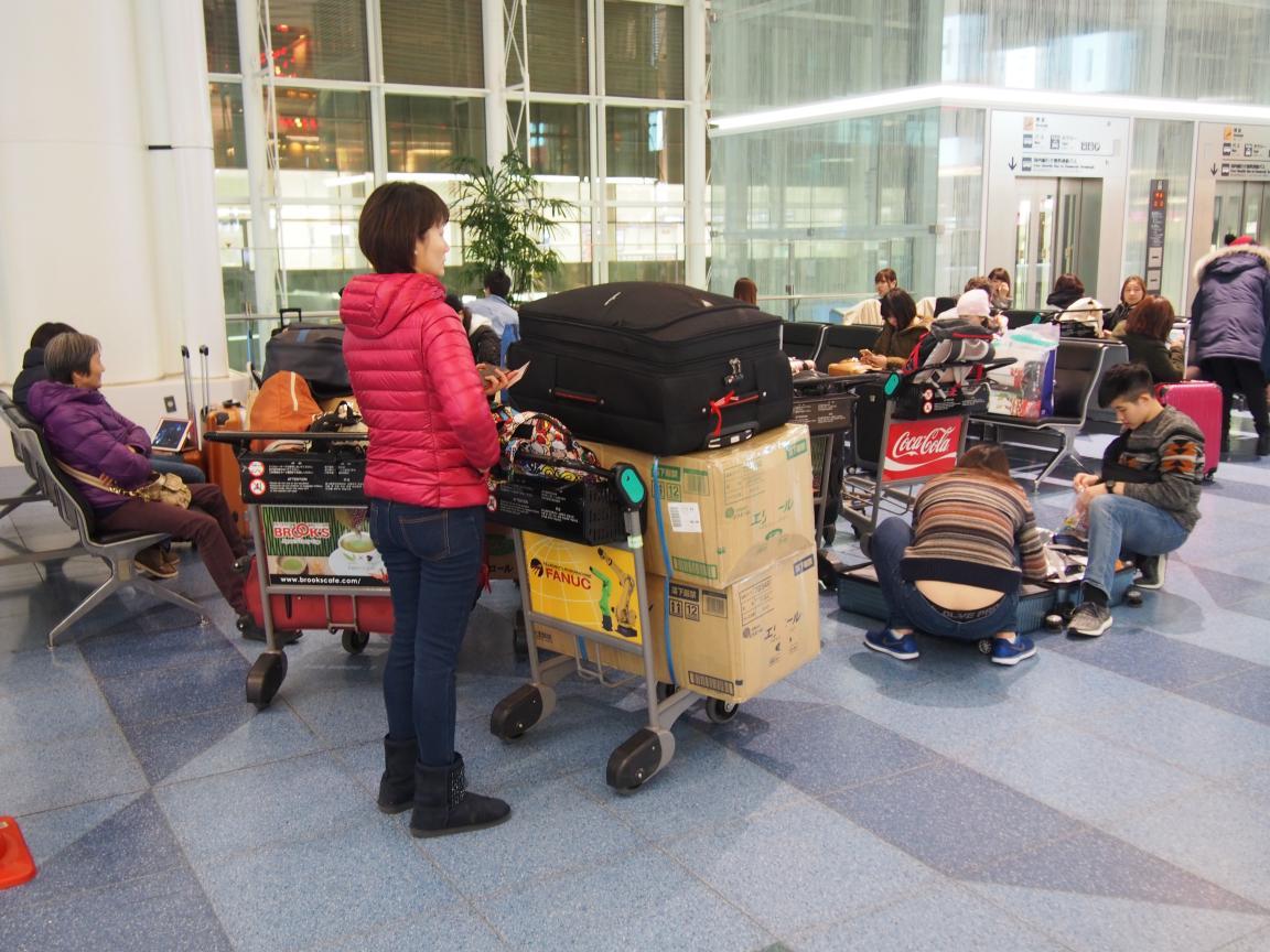 羽田国際ターミナルは、深夜便の増加で外国客でごった返している!_b0235153_2113972.jpg