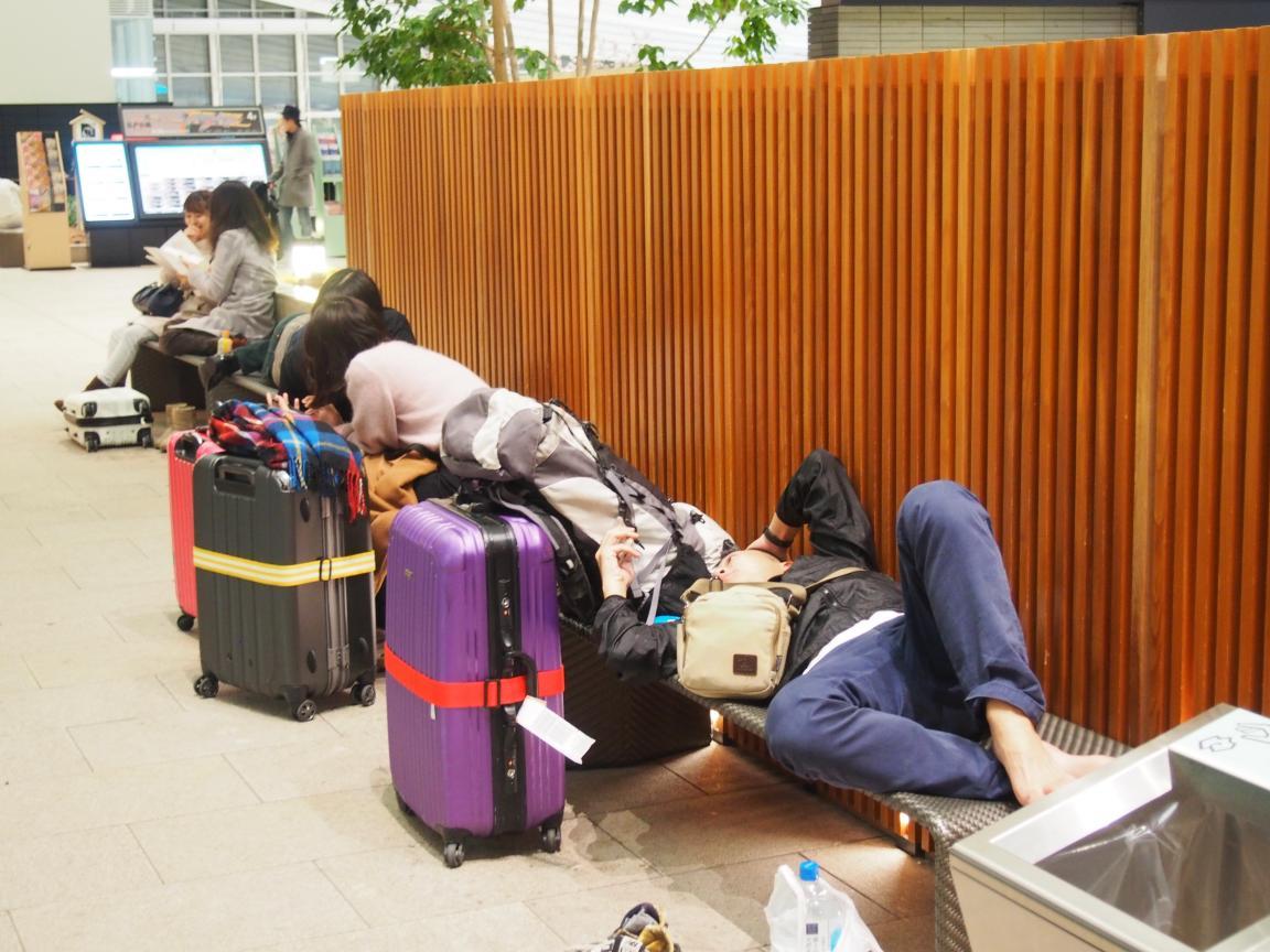 羽田国際ターミナルは、深夜便の増加で外国客でごった返している!_b0235153_2115744.jpg