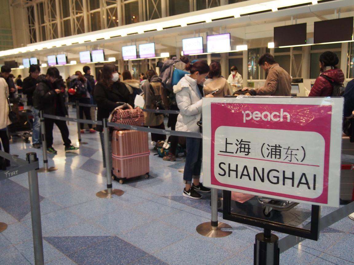 羽田国際ターミナルは、深夜便の増加で外国客でごった返している!_b0235153_2121381.jpg