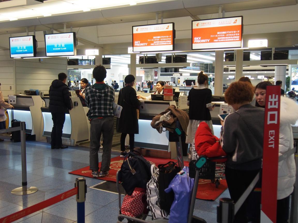 羽田国際ターミナルは、深夜便の増加で外国客でごった返している!_b0235153_2131787.jpg
