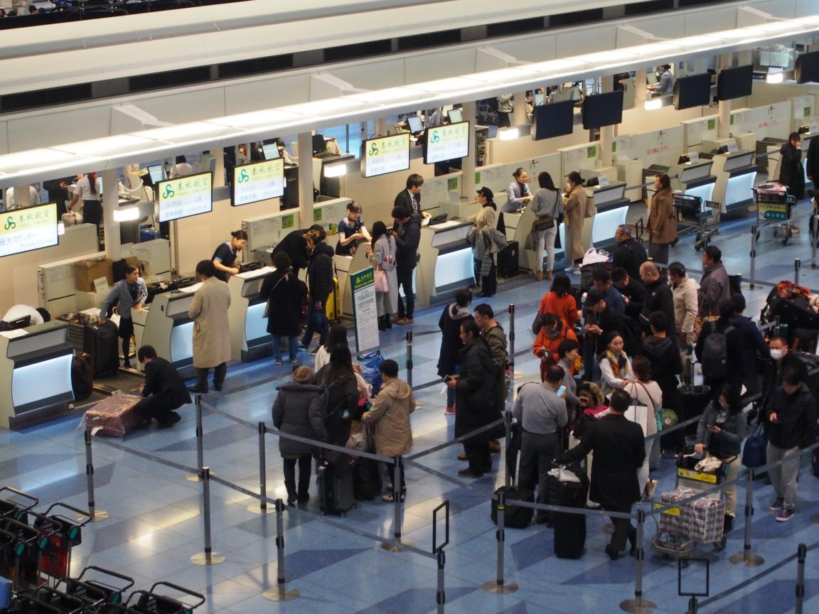 羽田国際ターミナルは、深夜便の増加で外国客でごった返している!_b0235153_2142156.jpg