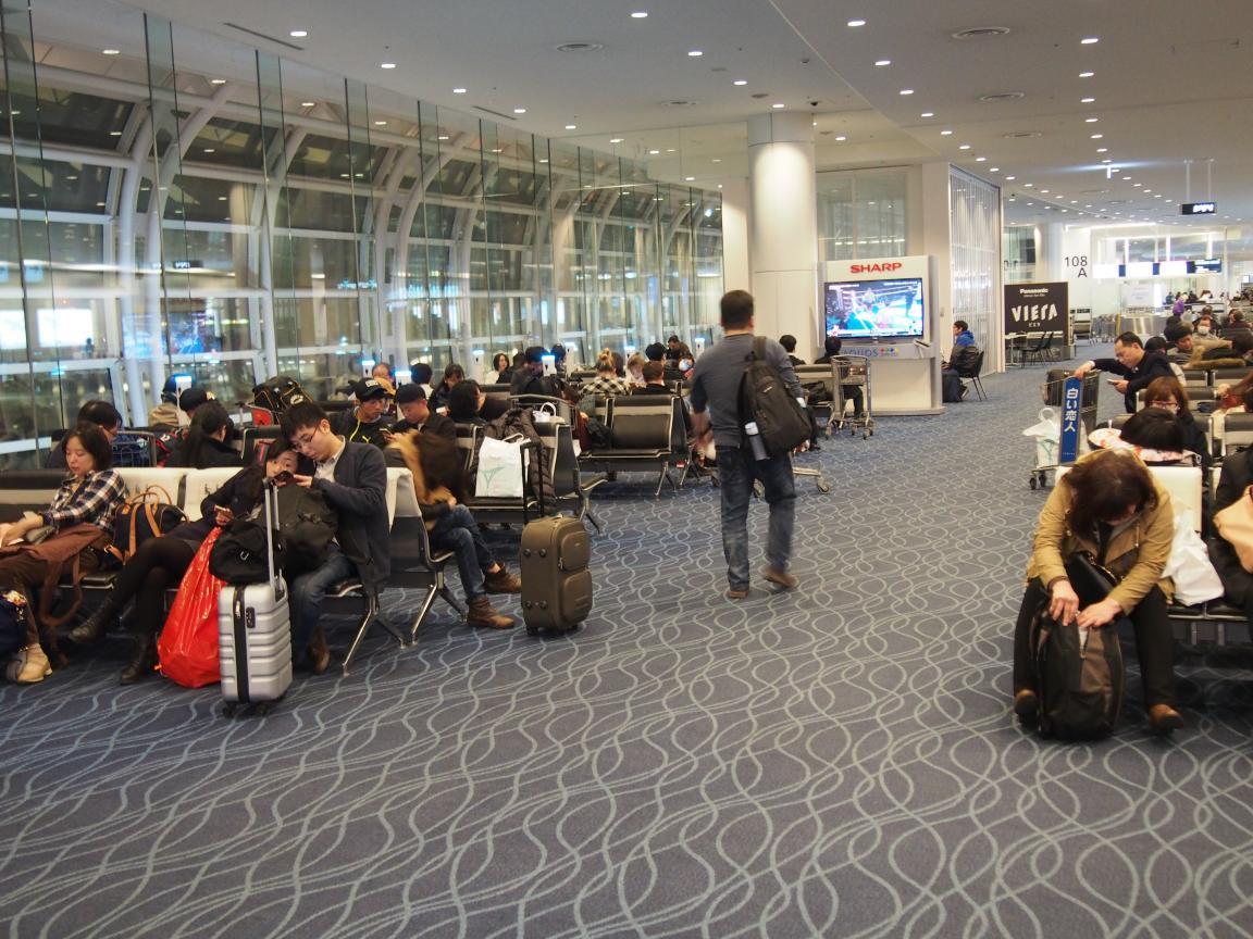 羽田国際ターミナルは、深夜便の増加で外国客でごった返している!_b0235153_2154587.jpg