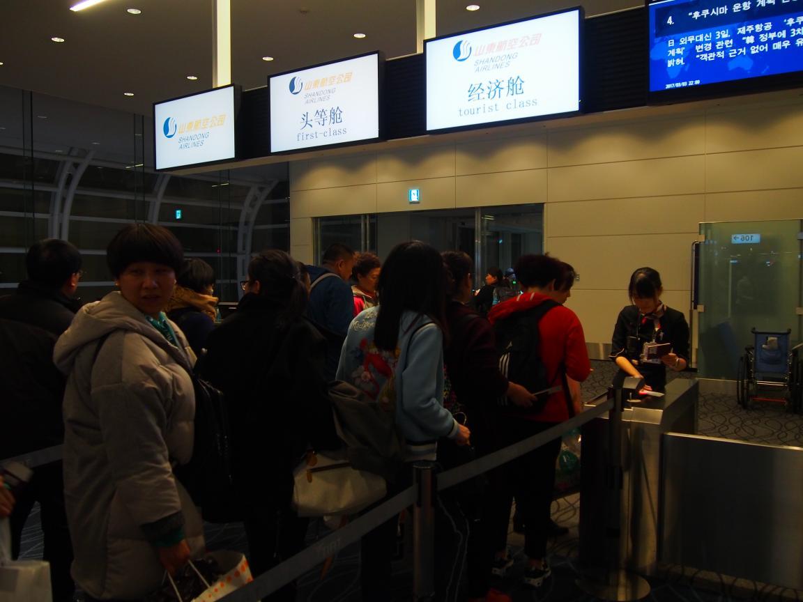 羽田国際ターミナルは、深夜便の増加で外国客でごった返している!_b0235153_2162139.jpg