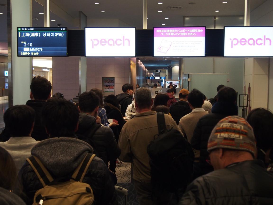羽田国際ターミナルは、深夜便の増加で外国客でごった返している!_b0235153_2163357.jpg