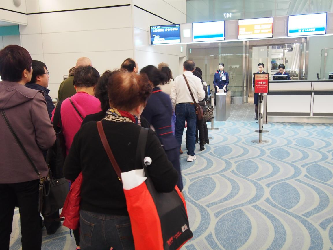羽田国際ターミナルは、深夜便の増加で外国客でごった返している!_b0235153_216474.jpg