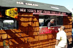 たぶん、NYでもなかなか珍しい板張りのアイスクリーム・トラック_b0007805_6294640.jpg