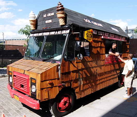 たぶん、NYでもなかなか珍しい板張りのアイスクリーム・トラック_b0007805_630471.jpg