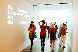 メトロポリタン美術館で川久保玲さんの特別展:関連グッズ販売コーナーの様子_b0007805_195929100.jpg