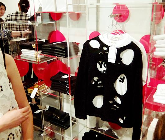 メトロポリタン美術館で川久保玲さんの特別展:関連グッズ販売コーナーの様子_b0007805_2017373.jpg