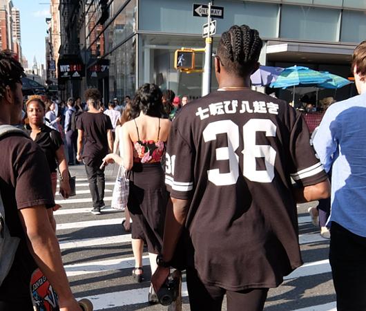 ニューヨークの街角で見かけた「七転び八起き」シャツ?!_b0007805_10445578.jpg