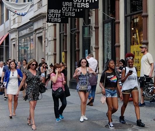 ニューヨークの街角で見かけた「七転び八起き」シャツ?!_b0007805_1103562.jpg