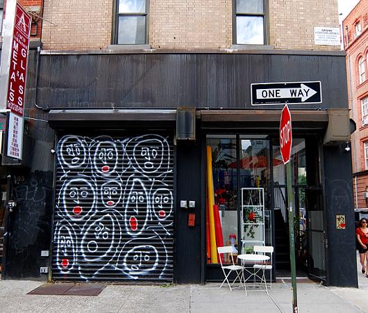 ニューヨークならではの隠れた名作アート「シャッターに描かれた絵」_b0007805_22332792.jpg