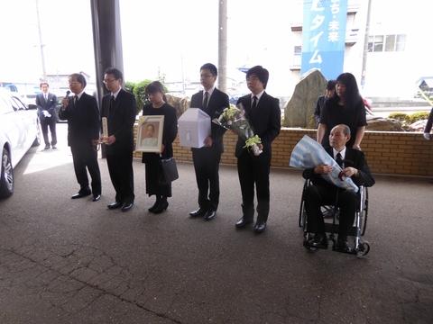 葬儀に参列_e0087201_18475927.jpg