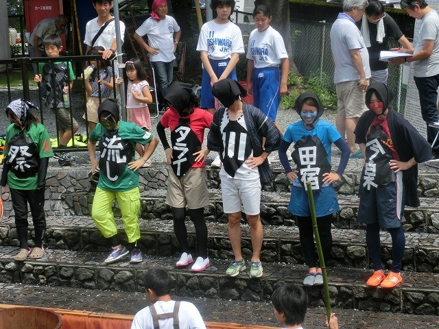 曇り空の下で始まった第31回「田宿川たらい流し川祭り」_f0141310_06485775.jpg