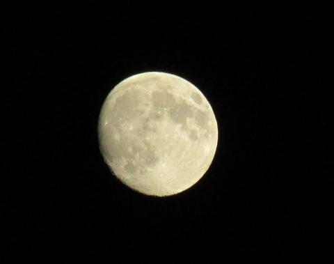 昨日の月と今日の月_d0072917_20421985.jpg